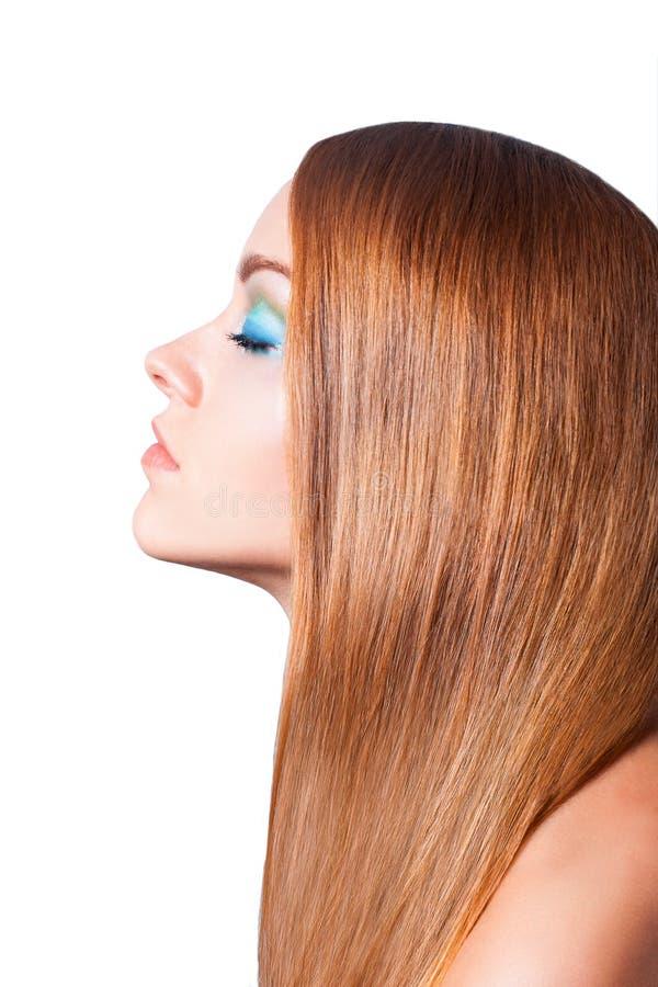 Retrato do close up de uma jovem mulher bonita com cabelo brilhante longo elegante fotografia de stock royalty free