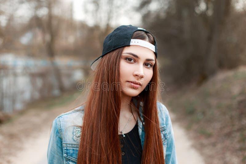 Retrato do close-up de uma jovem mulher bonita em um basebol preto Ca imagens de stock royalty free