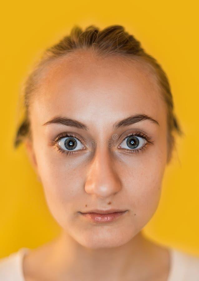 Retrato do close up de uma jovem mulher encantador fotos de stock royalty free