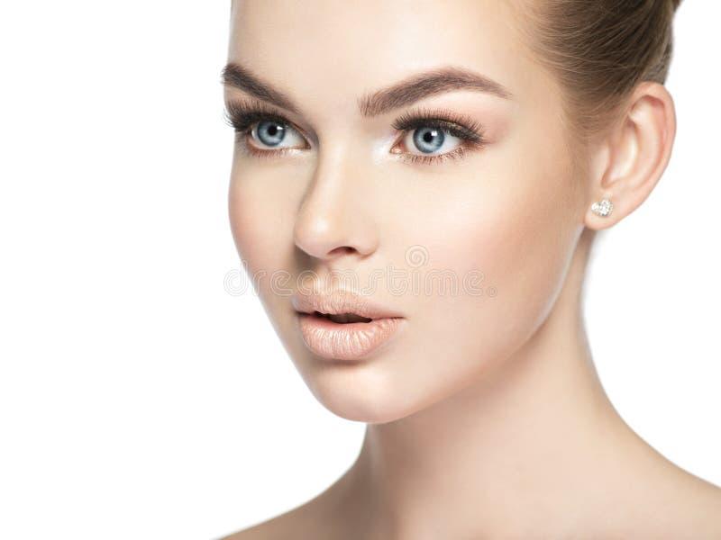 Retrato do close up de uma jovem mulher impassível fotos de stock royalty free