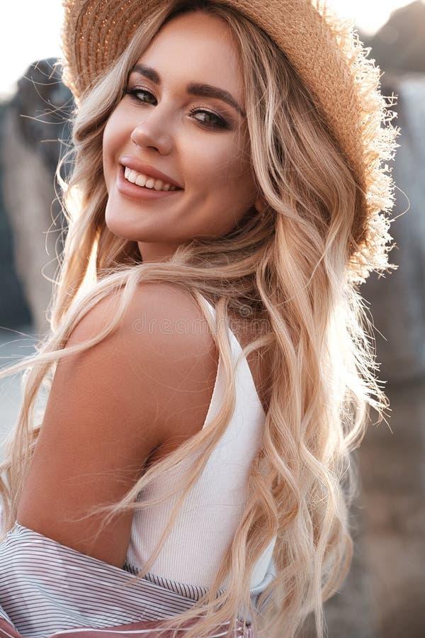 Retrato do close up de uma jovem mulher romântica em um chapéu de palha Menina de riso que aprecia sua parte externa do tempo no  foto de stock royalty free