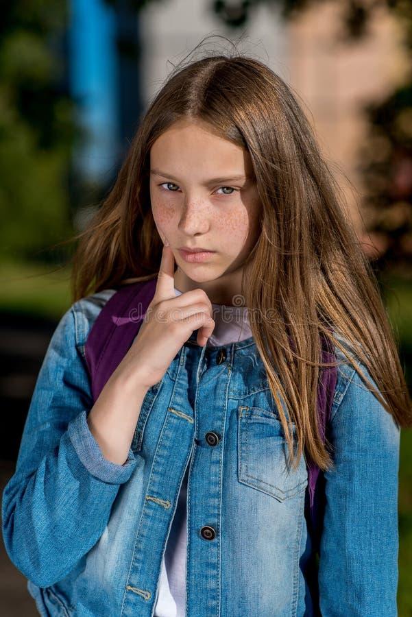 Retrato do close-up de uma menina bonita do adolescente no verão exterior Na roupa da sarja de Nimes Sardas longas do cabelo na c imagem de stock royalty free