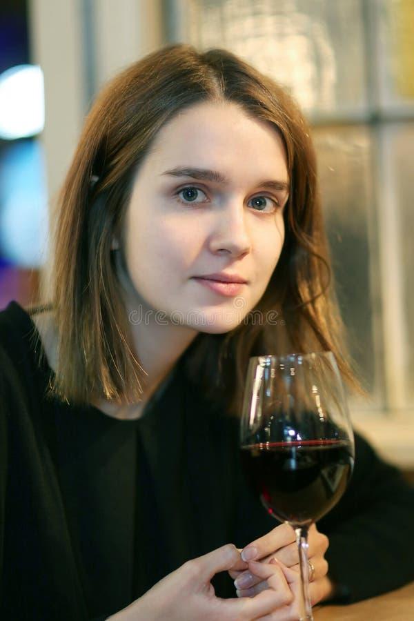 Retrato do close up de uma menina bonita com um vidro imagem de stock