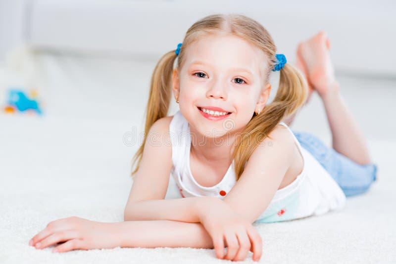 Retrato do close-up de uma menina bonito fotografia de stock