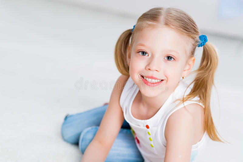 Retrato do close-up de uma menina bonito fotografia de stock royalty free