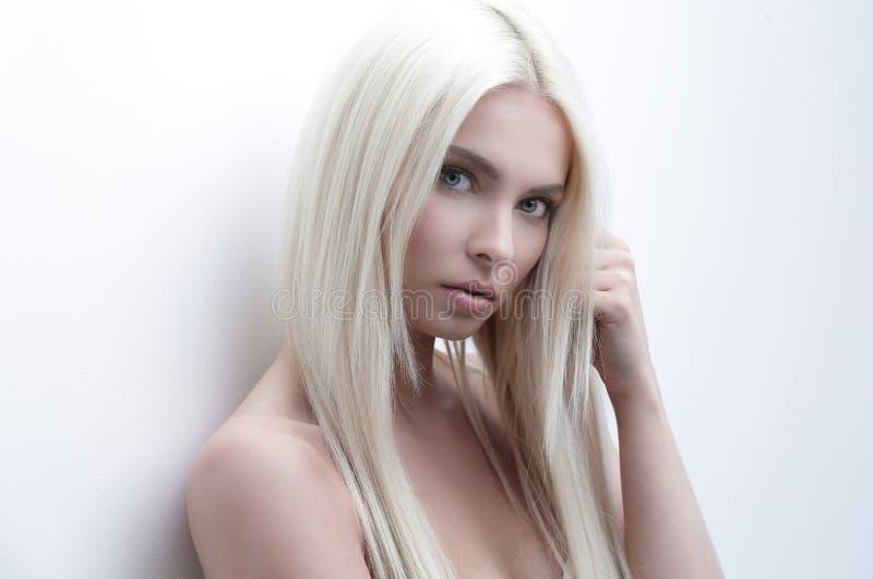 Retrato do close-up de uma mulher bonita triste imagens de stock royalty free