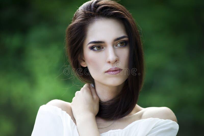 Retrato do close-up de uma mulher caucasiano nova bonita com pele limpa, cabelo longo e composição ocasional fotos de stock royalty free