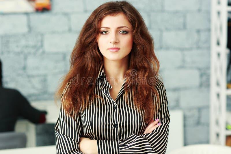 Retrato do close up de uma mulher de negócios segura bonita com os braços dobrados imagem de stock royalty free