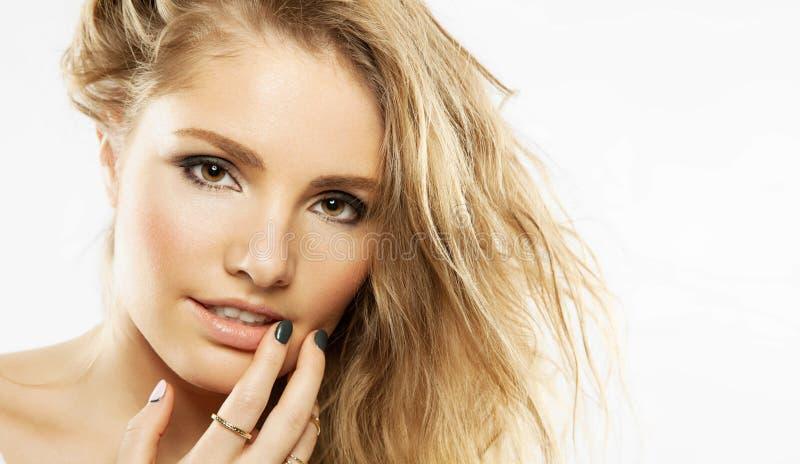 Retrato do close-up de uma mulher encaracolado foto de stock royalty free