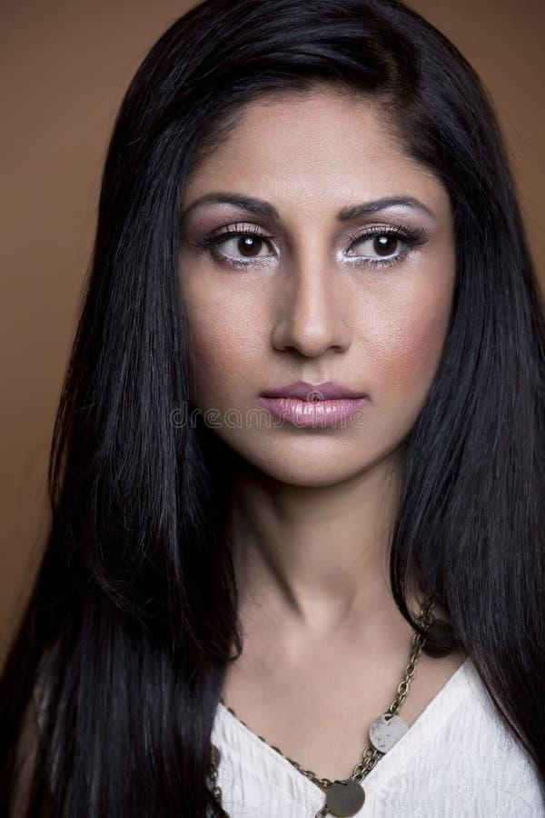 Retrato do close-up de uma mulher indiana nova fotografia de stock royalty free