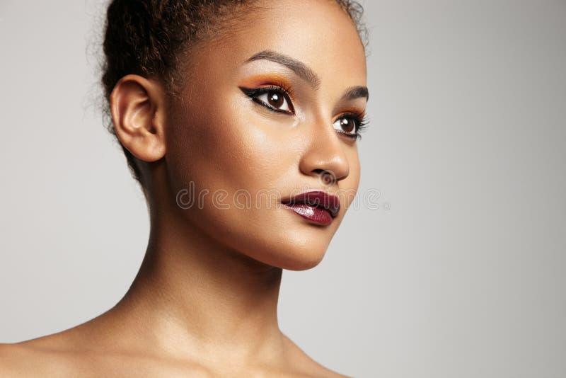Retrato do close up de uma mulher latin da beleza com uma composição brilhante imagens de stock royalty free
