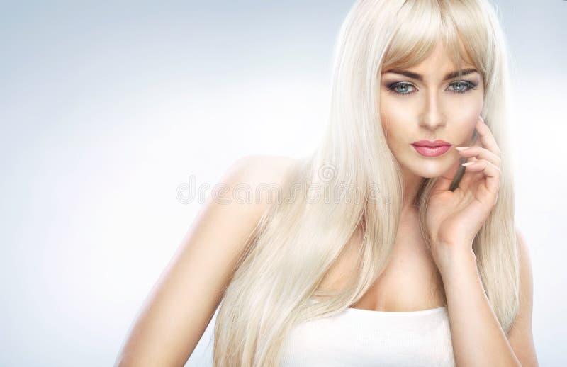 Retrato do close up de uma mulher loura adorável imagens de stock