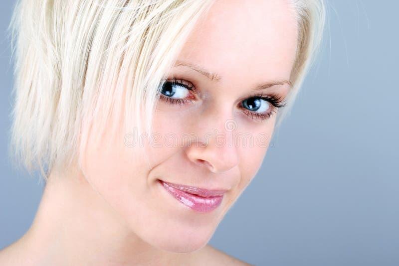Retrato do close-up de uma mulher loura de sorriso fotografia de stock