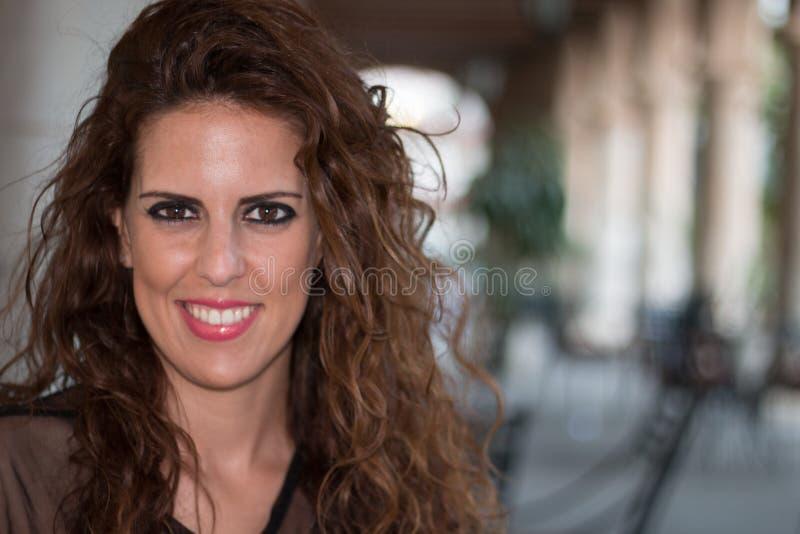 Retrato do close up de uma mulher moreno nova em um terraço fotos de stock royalty free