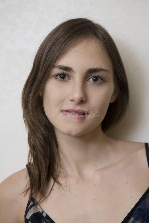 Retrato do close up de uma mulher nova feliz fotografia de stock royalty free