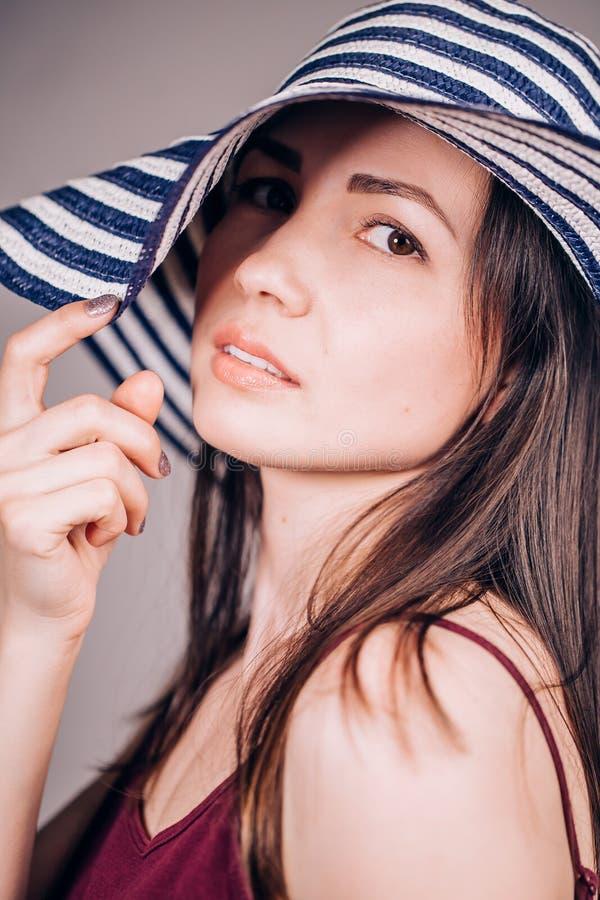 Retrato do close up de uma mulher 'sexy' bonita em um chapéu verão, estação da praia, estilo de vida, felicidade e alegre imagens de stock