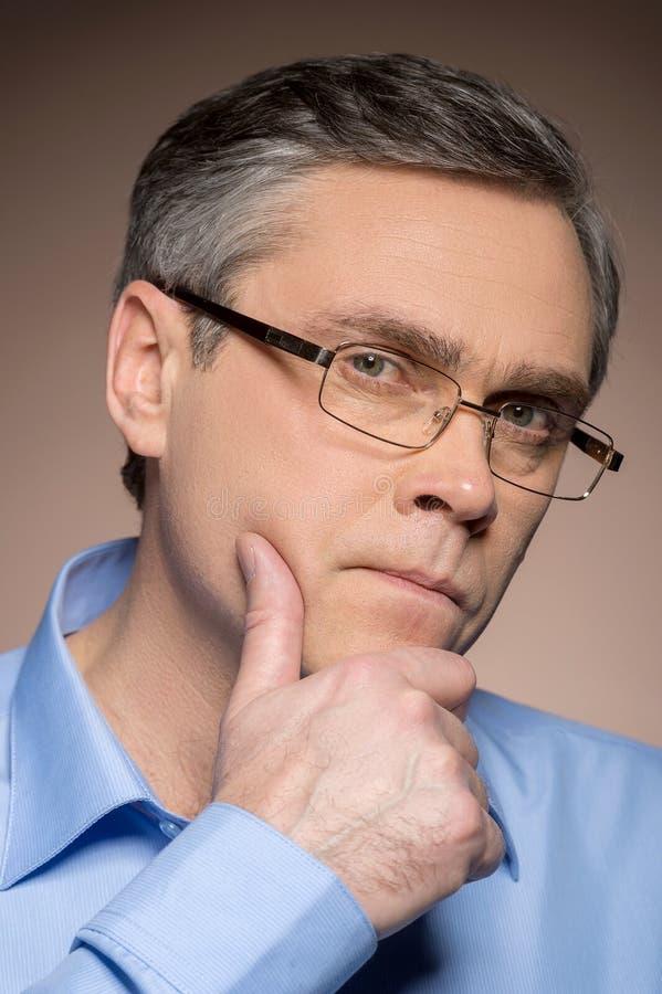 Retrato do close up de vidros vestindo do homem fotografia de stock