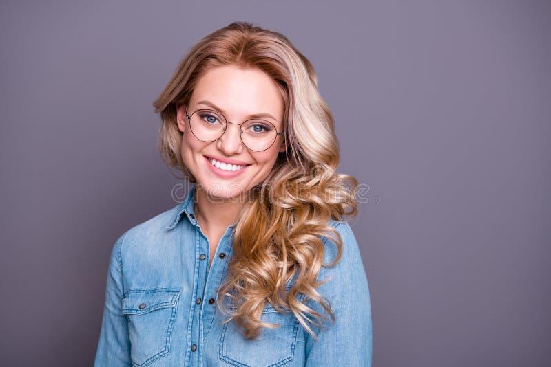 Retrato do close-up dela ela azul vestindo da senhora ondulado-de cabelo alegre atrativa bonita adorável doce encantador bonito a imagem de stock royalty free