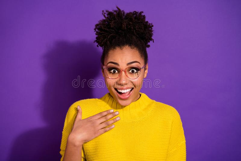 Retrato do close-up dela ela grande boa notícia da menina ondulado-de cabelo contente animador alegre esperta inteligente bonita  fotografia de stock