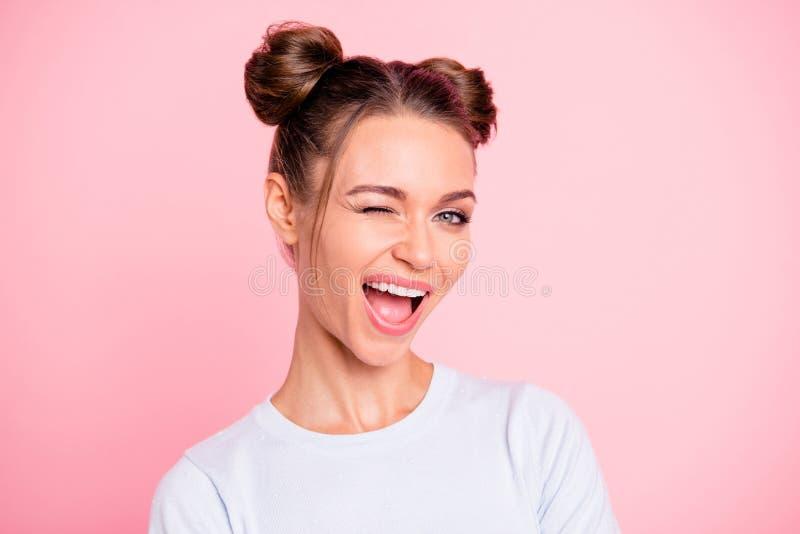 Retrato do close-up dela ela menina animador alegre encantador atrativa bonita bonito agradável com bolos que pisc a boca aberta foto de stock