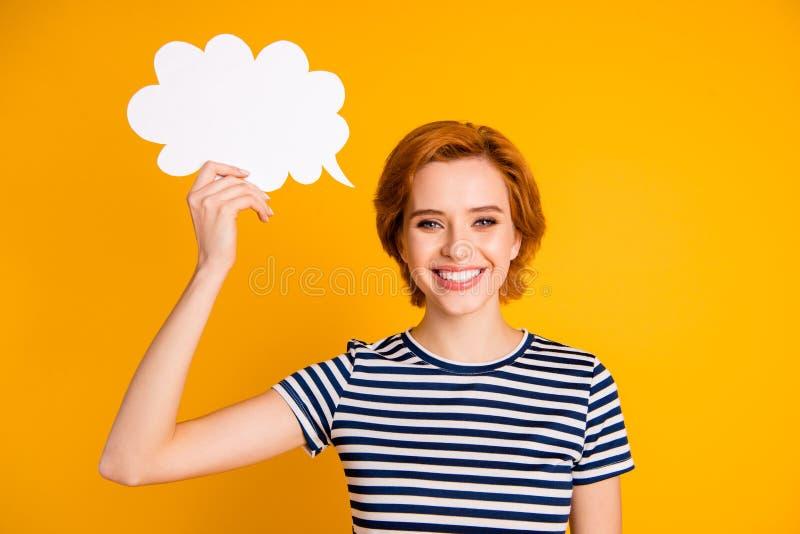 Retrato do close-up dela ela menina animador otimista alegre atrativa encantador bonita agradável que guarda à disposição o c fotos de stock royalty free