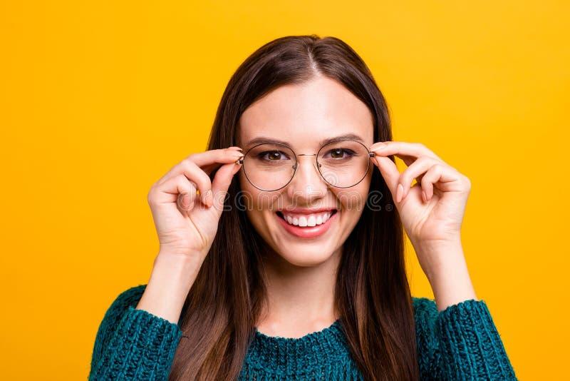 Retrato do close-up dela ela menina reto-de cabelo alegre inteligente esperta inteligente atrativa agradável que toca em vidros foto de stock