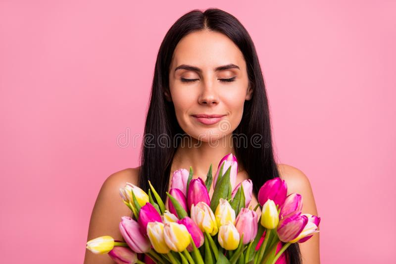 Retrato do close-up dela ela morena alegre encantador fascinante adorável atrativa encantador da proposta doce bonito agradável imagem de stock royalty free