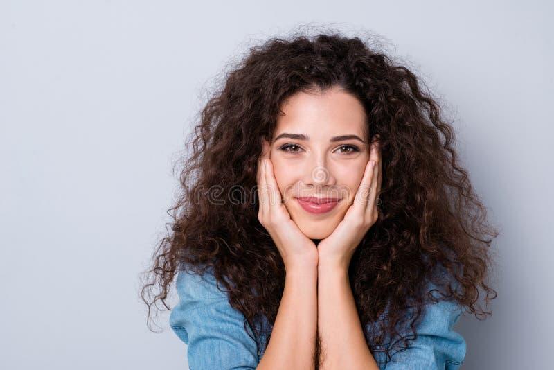 Retrato do close-up dela ela ondulado-de cabelo alegre sonhador bonito atrativo de encantamento magnífico da proposta encantador  foto de stock royalty free