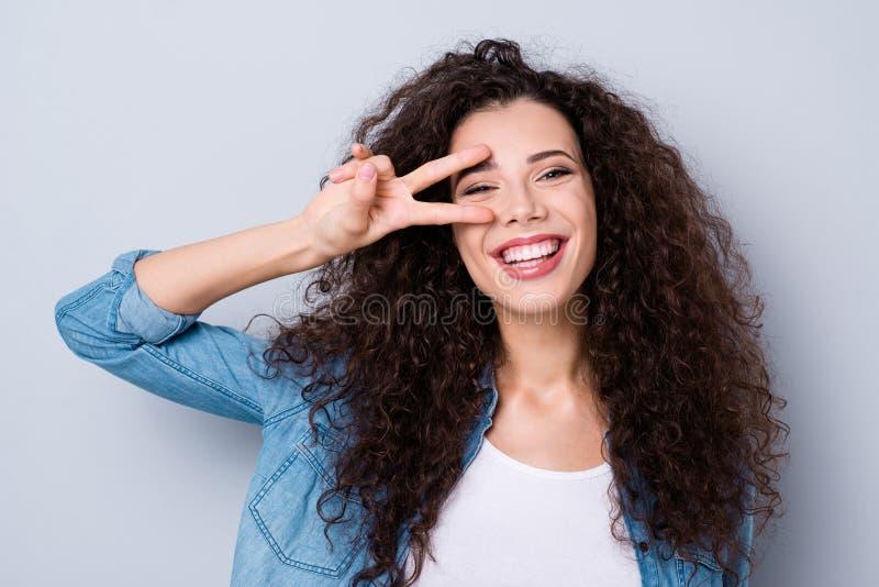 Retrato do close-up dela ela ondulado-de cabelo toothy engraçado otimista alegre adorável bonito atrativo encantador bonito agrad fotos de stock