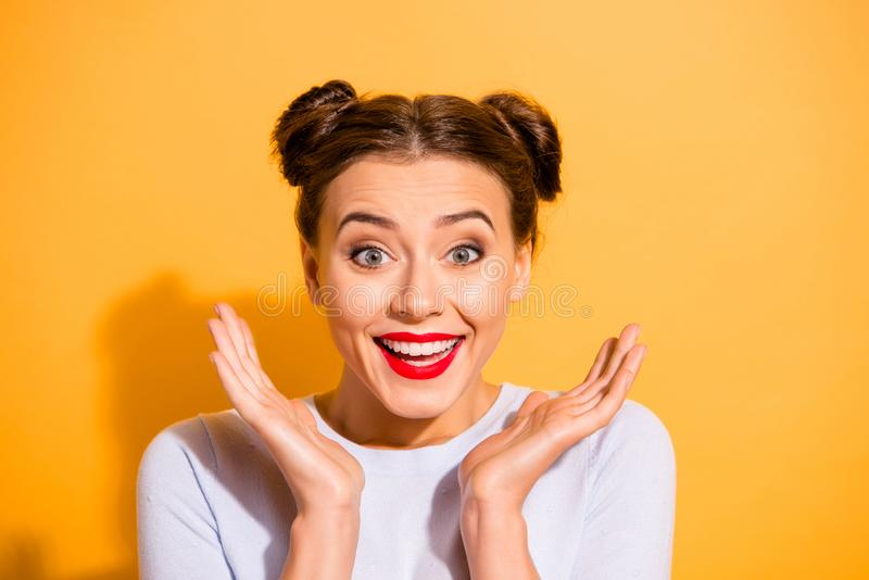 Retrato do close-up dela ela queolha a menina adolescente do encanto engraçado animador alegre otimista encantador atrativo que  imagens de stock royalty free