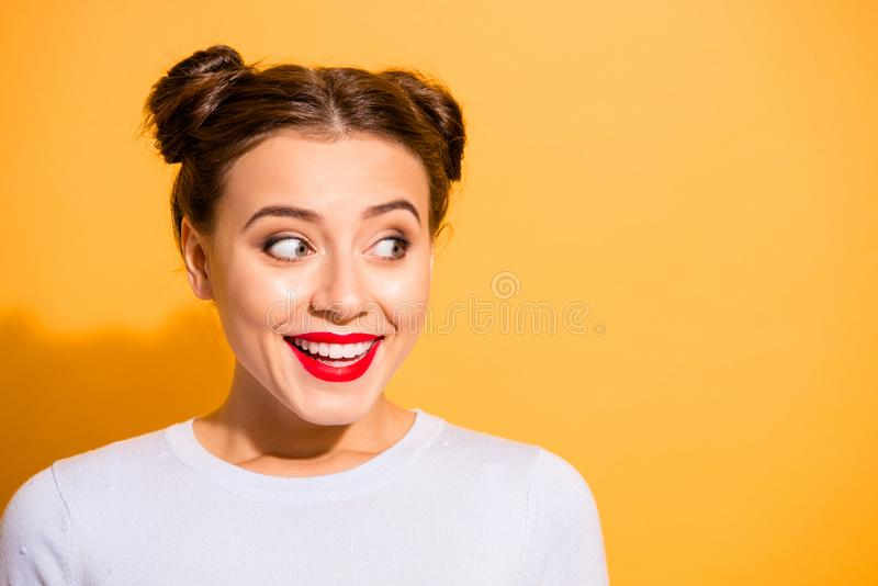 Retrato do close-up dela ela queolha a menina adolescente engraçada animador alegre feminino de menina atrativa que olha de lado fotos de stock royalty free