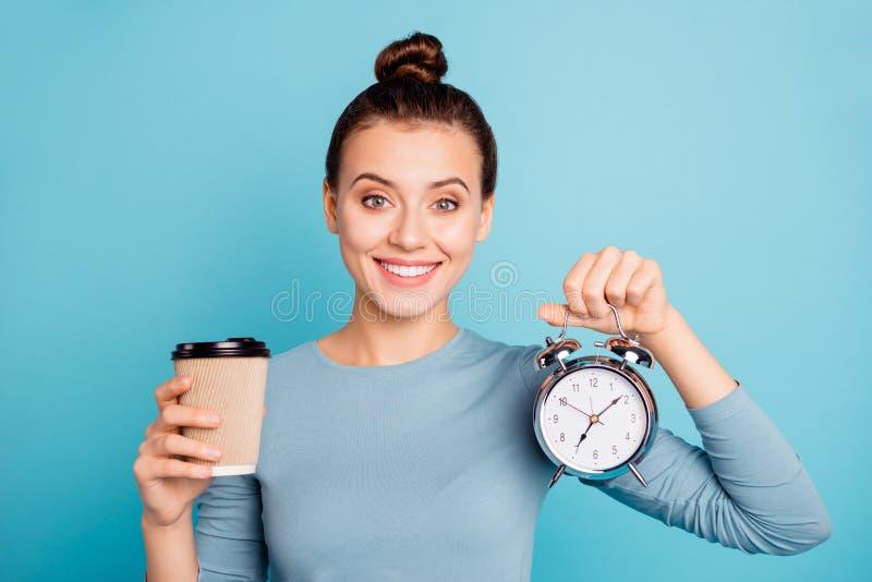 Retrato do close-up dela ela queolha a menina animador alegre bonita atrativa que realiza no café doce quente das mãos fotografia de stock royalty free
