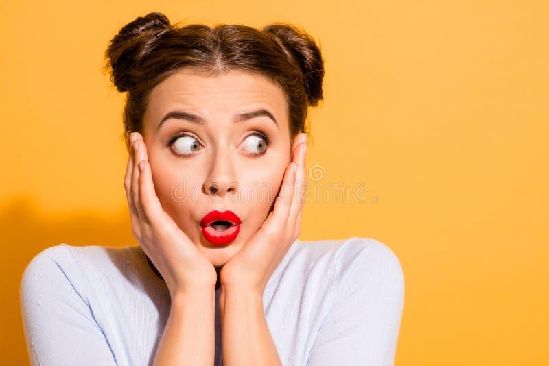 Retrato do close-up dela ela queolha a menina engraçada chocado bonita atrativa que toca na vista da expressão facial dos morde imagens de stock royalty free