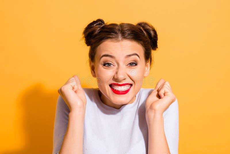 Retrato do close-up dela ela queolha a menina otimista animador alegre bonita fascinante encantador atrativa do encanto fotos de stock royalty free