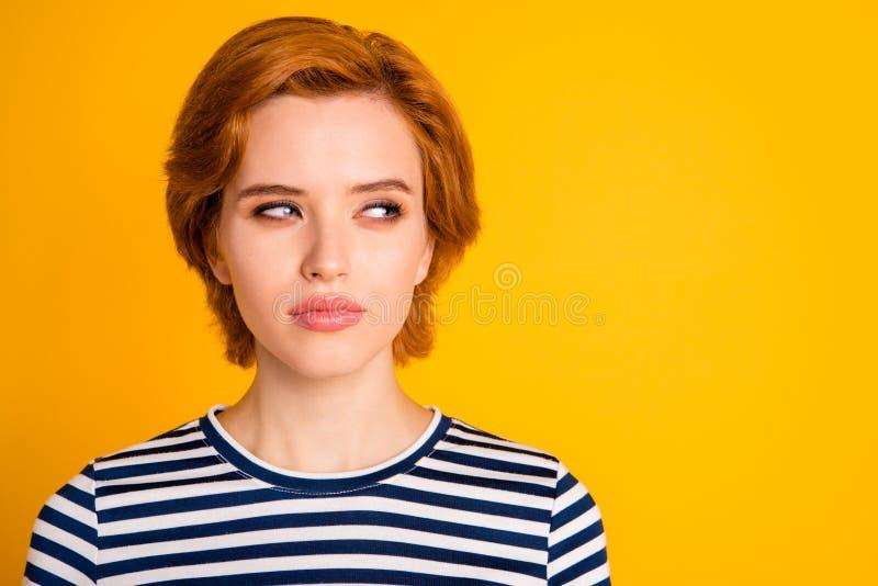 Retrato do close-up dela ela queolha a menina suspeito atrativa encantador bonita que olha de lado o planeamento futuro fotos de stock