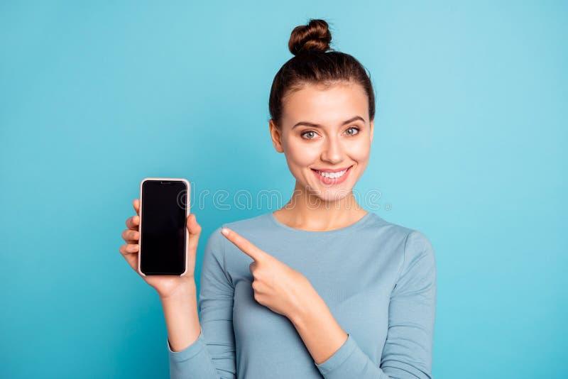 Retrato do close-up dela ela queolha o adolescente alegre bonito doce atrativo que guarda à disposição a compra fresca nova fotos de stock