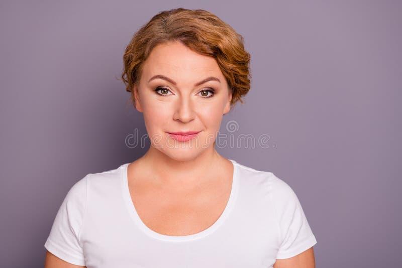 Retrato do close-up dela ela queolha o brilho bonito que encanta a senhora ondulado-de cabelo cândido bonita atrativa bem arrumad foto de stock royalty free