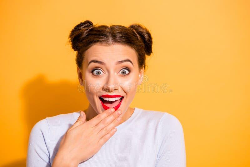 Retrato do close-up dela ela queolha o toque adolescente engraçado ectático animador alegre otimista atrativo louco da menina imagem de stock