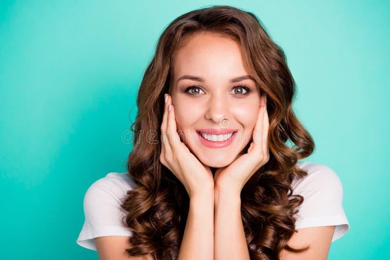 Retrato do close-up dela ela queolha ondulado animador alegre saudável lindo doce encantador adorável bonito atrativo fotos de stock royalty free