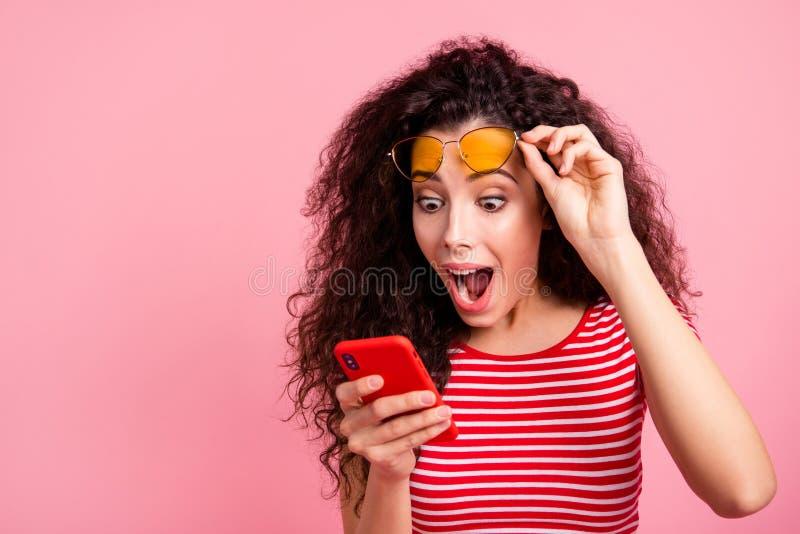 Retrato do close-up dela ela queolha ondulado-de cabelo ect?tico contente animador alegre do brilho encantador atrativo bonito imagem de stock