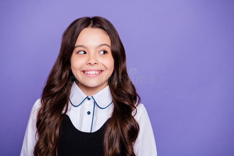 Retrato do close-up dela ela queolha pre-adolescente ondulado-de cabelo curioso contente animador alegre encantador bonito atrati imagens de stock