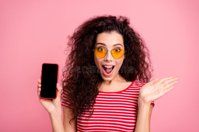Retrato do close-up dela ela queolha a senhora ondulado-de cabelo contente animador alegre de menina encantador atrativa doce bon fotografia de stock