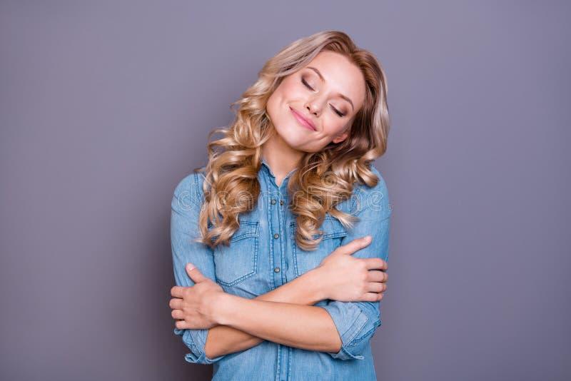 Retrato do close-up dela ela senhora ondulado-de cabelo calma alegre atrativa encantador doce bonita bonito agradável que antecip imagens de stock