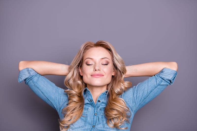 Retrato do close-up dela ela senhora ondulado-de cabelo calma da calma magnífica atrativa encantador fascinante bonita bonito agr fotos de stock royalty free