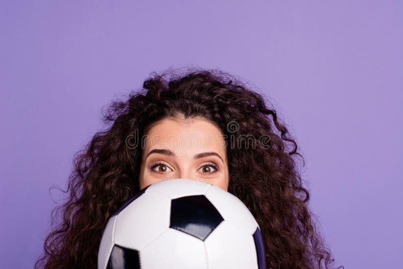 Retrato do close-up dela ela senhora ondulado-de cabelo engraçada animador alegre atrativa bonita encantador bonito agradável que fotos de stock