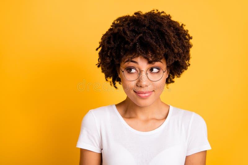 Retrato do close-up dela ela senhora ondulado-de cabelo tímida doce bonita atrativa encantador bonita bonito agradável que olha d foto de stock