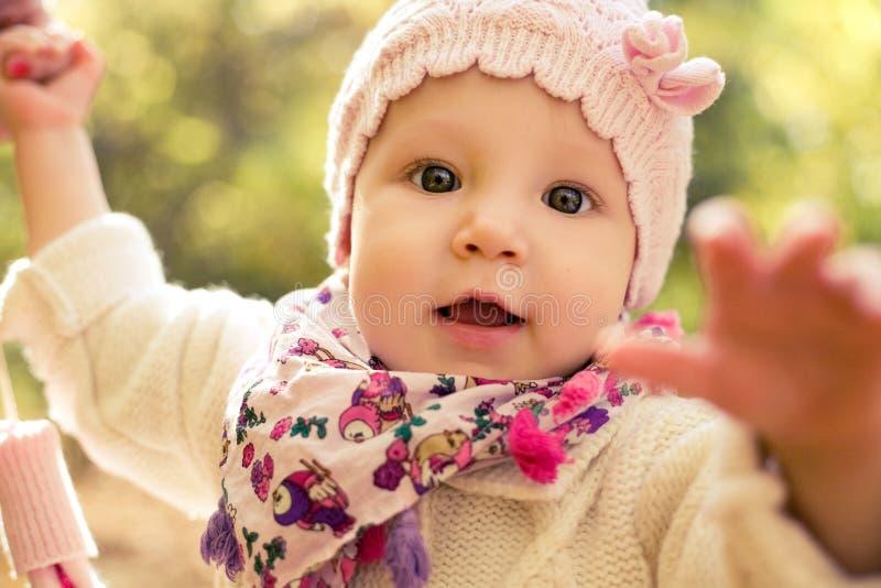 Retrato do close up do bebê bonito que veste o chapéu à moda e a camiseta acolhedor Fora mola, foto do outono imagem de stock royalty free