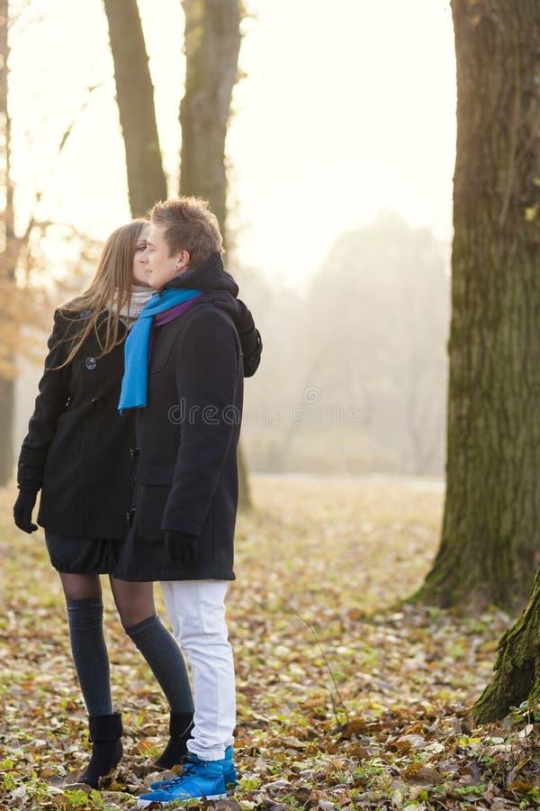 Retrato do close-up do beijo caucasiano novo dos pares foto de stock royalty free