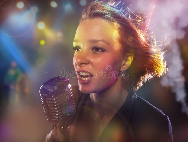 Retrato do close-up do cantor da mulher fotos de stock