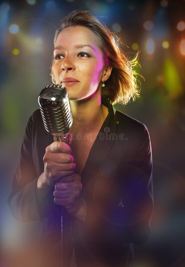 Retrato do close-up do cantor da mulher foto de stock royalty free